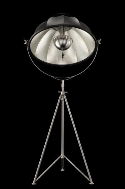 Lámpara de pie Fortuny Studio 76 con trípode de acero negra y con pan de plata