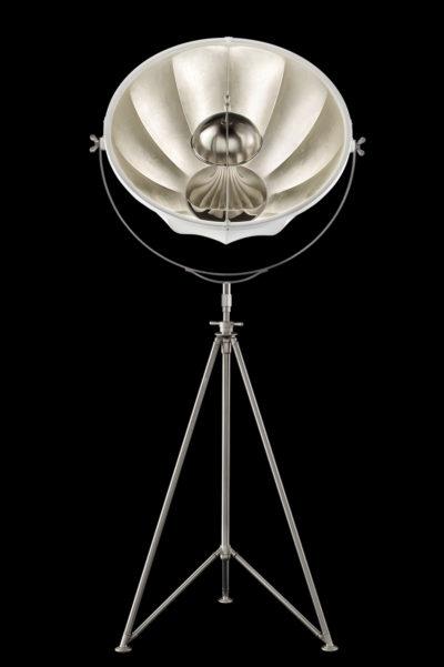 Lámpara de pie Fortuny Studio 76 con trípode de acero blanca y con pan de plata
