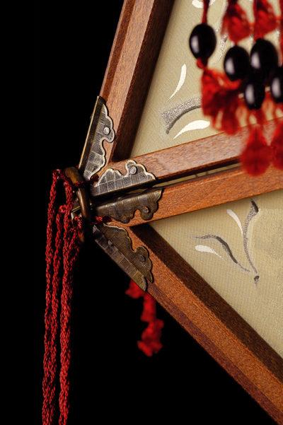 Lámpara de seda Concubine con estructura de madera detalle