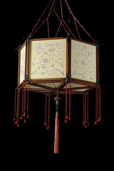 Lámpara de seda Concubine Loto con estructura de madera