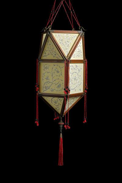 Lámpara de seda Concubine Peonia con estructura de madera