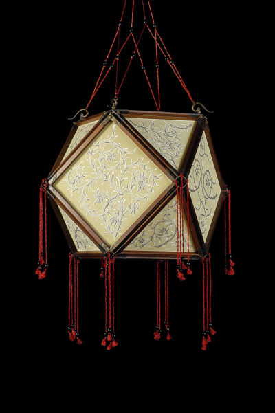 Lámpara de seda Concubine Tempio con estructura de madera
