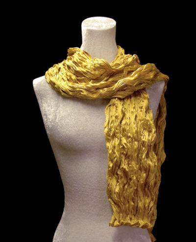 Pañuelo Fortuny de seda de crepé satén dorado plisado