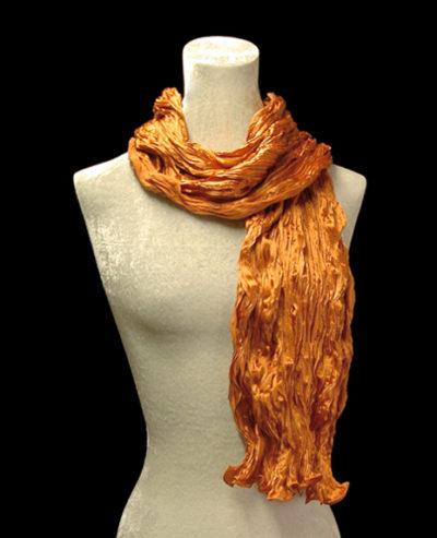 Pañuelo Fortuny de seda de crepé satén naranja plisado