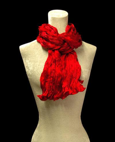 Pañuelo Fortuny de seda de crepé satén rojo plisado