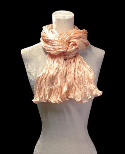 Pañuelo Fortuny de seda de crepé satén rosa pálido plisado