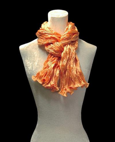 Pañuelo Fortuny de seda de crepé satén naranja mandarina plisado