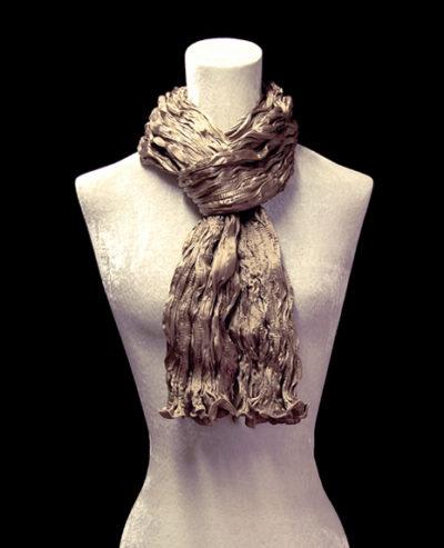 Pañuelo Fortuny de seda de crepé satén marrón humo plisado