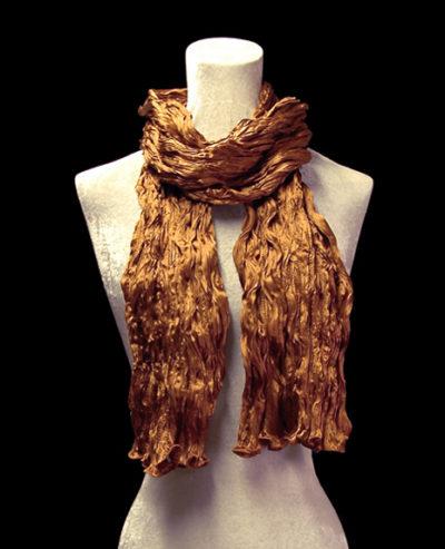 Pañuelo Fortuny de seda de crepé satén marrón tabaco plisado