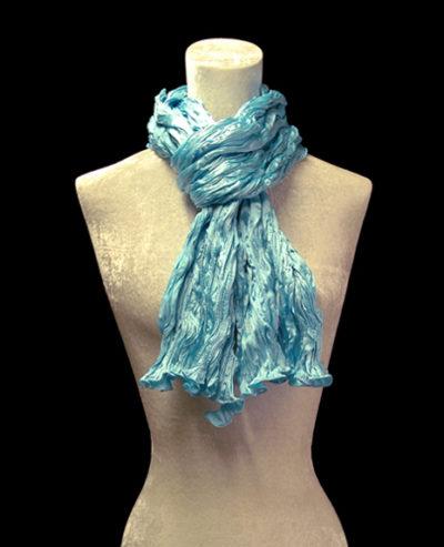 Pañuelo Fortuny de seda de crepé satén azul turquesa plisado