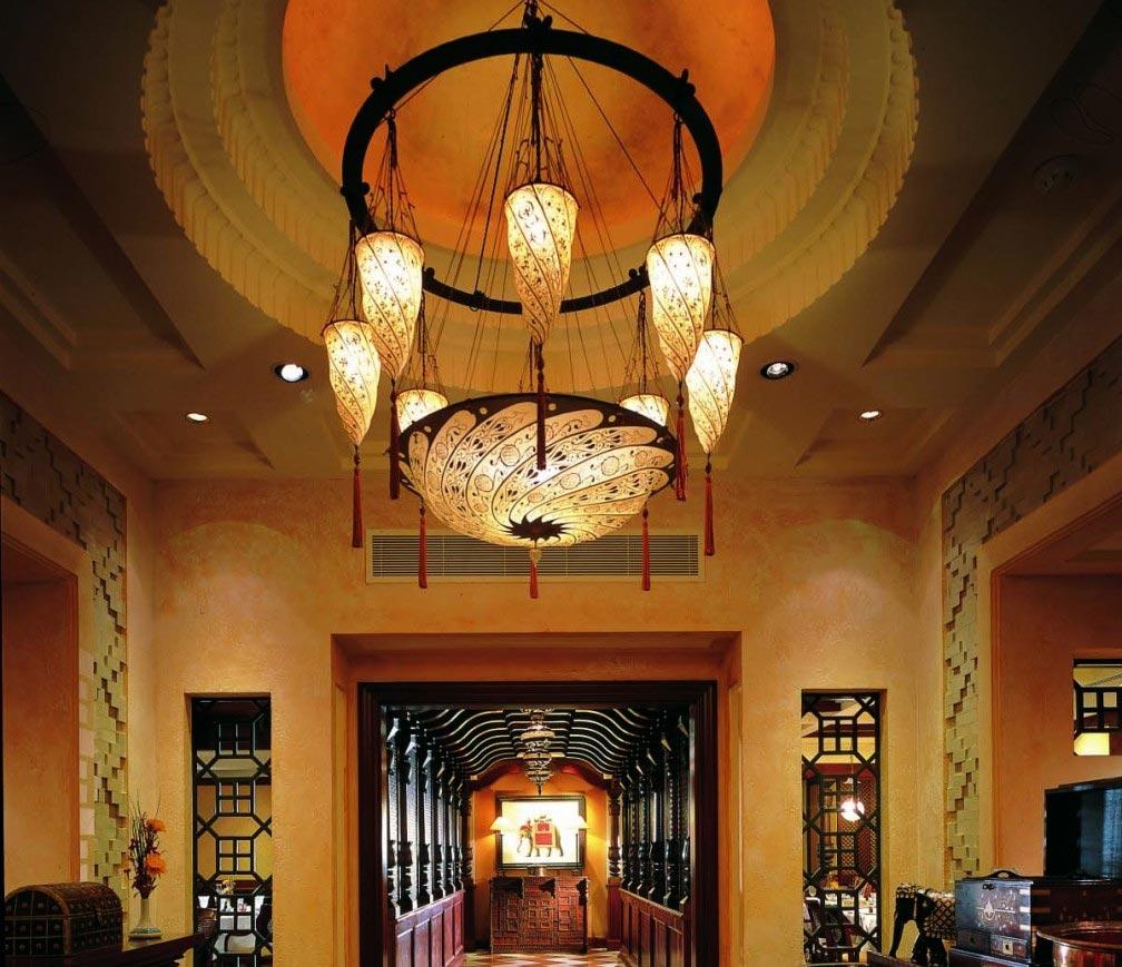 Lámparas Scudo Saraceno y Cesendello Fortuny en el Ashiana-Restaurant-en Dubai, vista del corredor