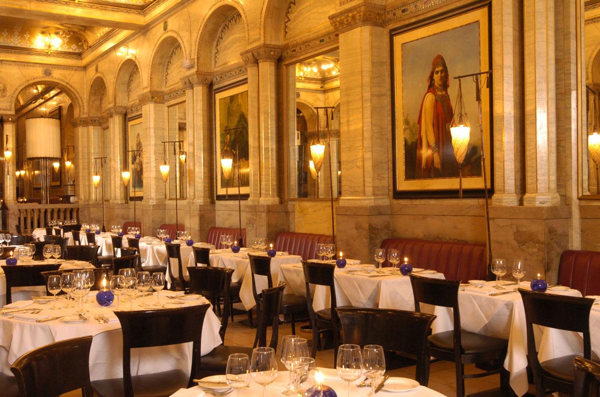 Criterion Restaurant en Londres con lámparas de pie Fortuny Cesendello