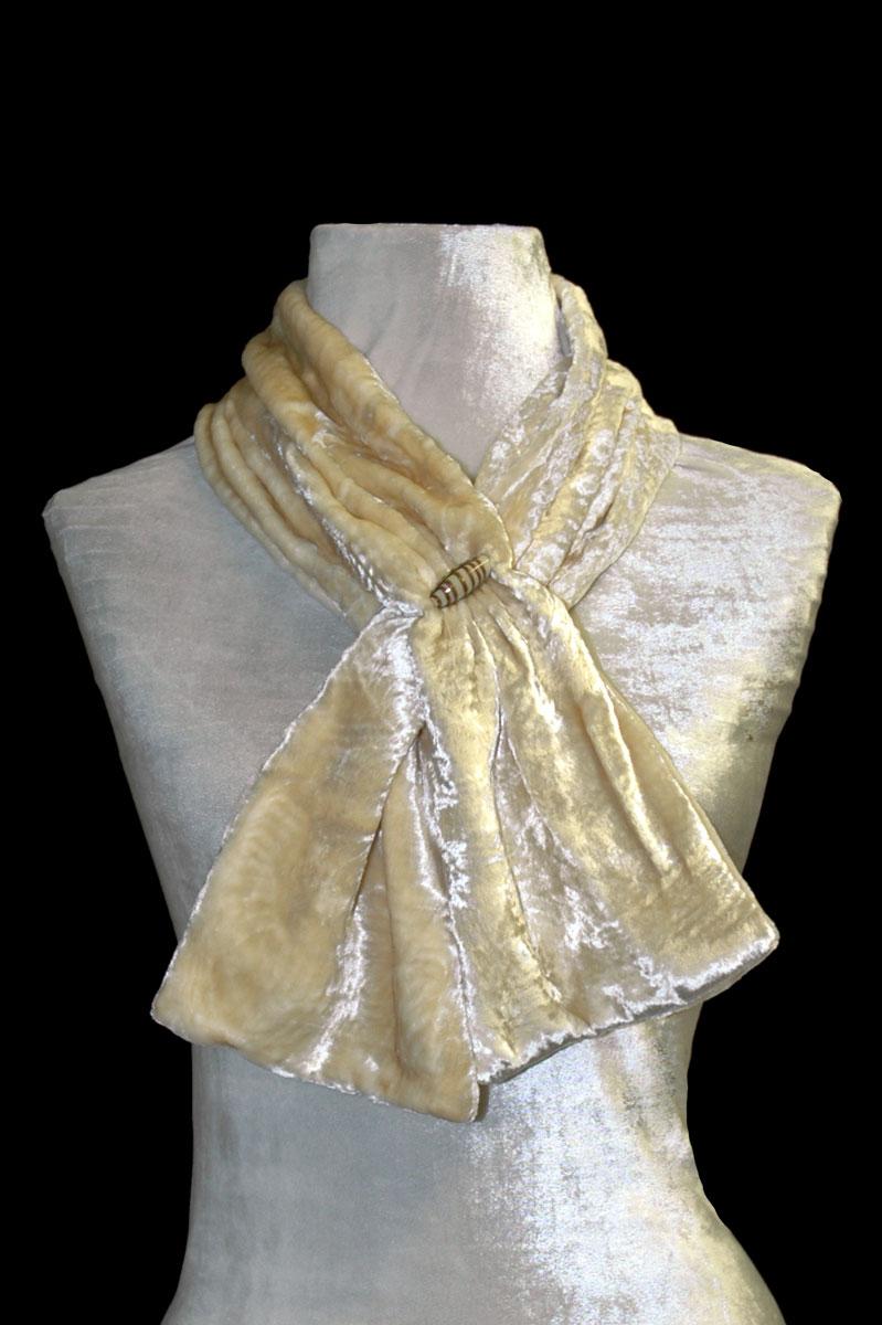 Pañuelo Fortuny de terciopelo fruncido marfil con cuentas de cristal de Murano