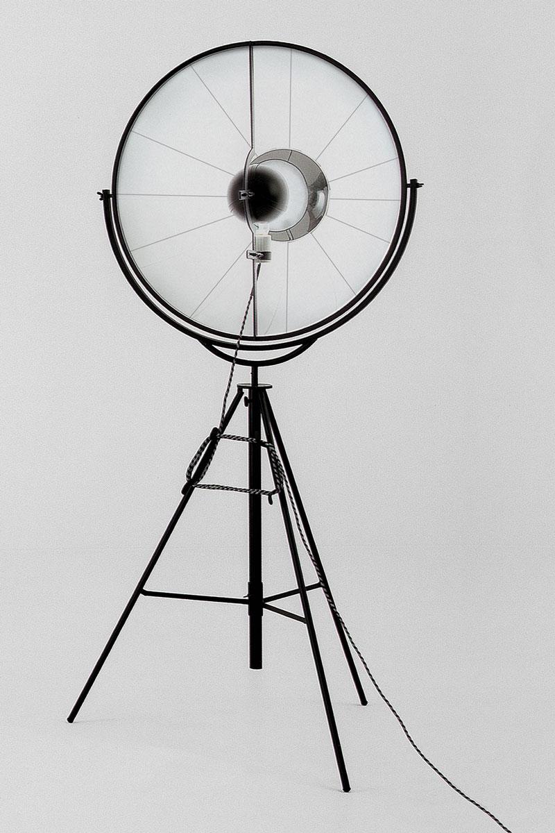 Lámpara de pie Pallucco Fortuny negra y blanca vista frontal