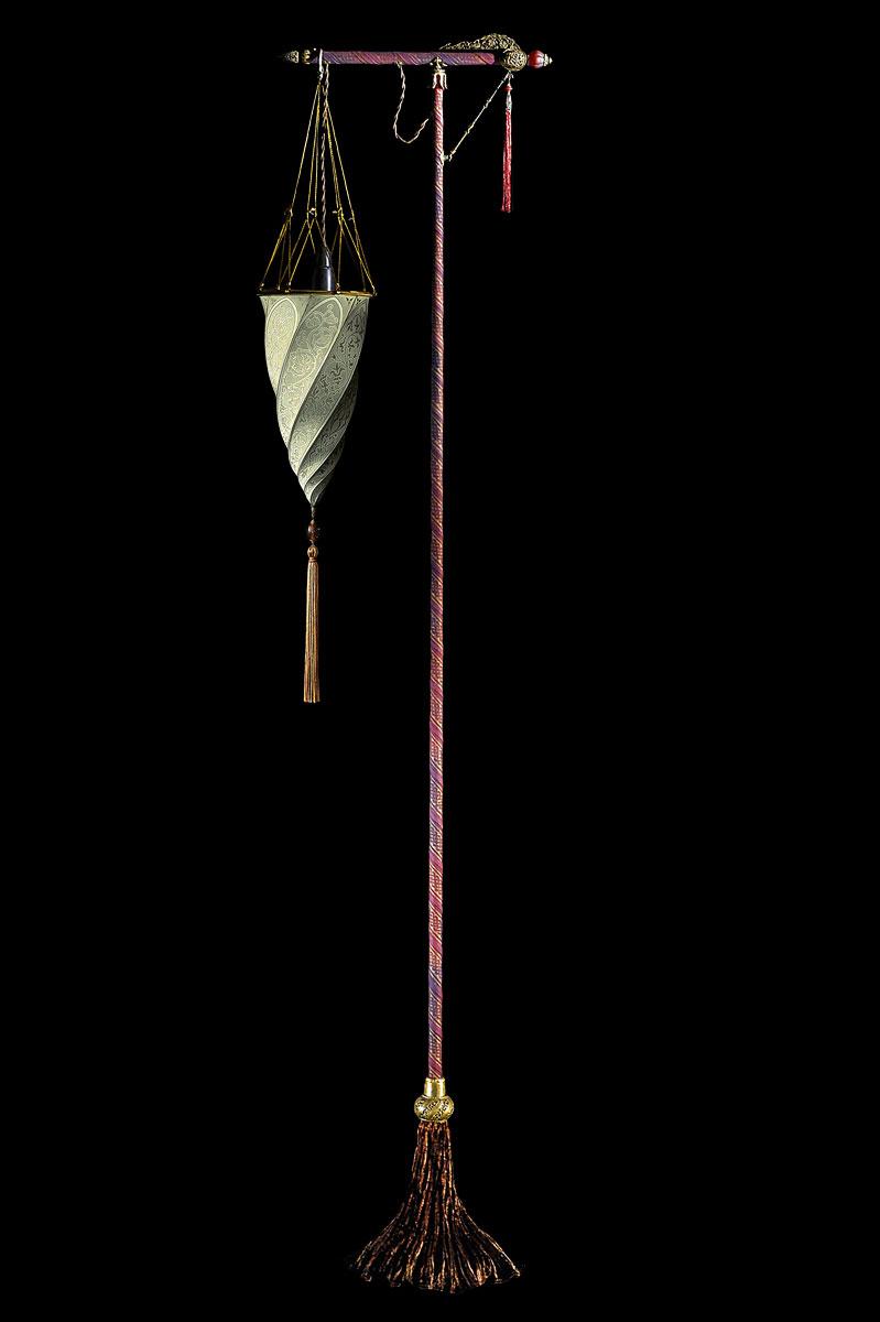 Lámpara Fortuny Cesendello Classic de pie de seda gris salvia con soporte rojo