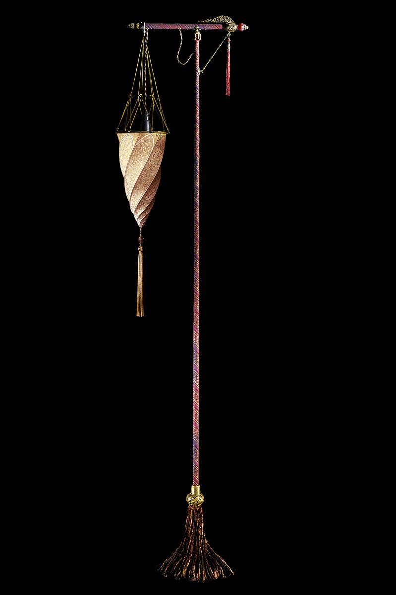Lámpara Cesendello Classic de pie de seda salmón con soporte rojo