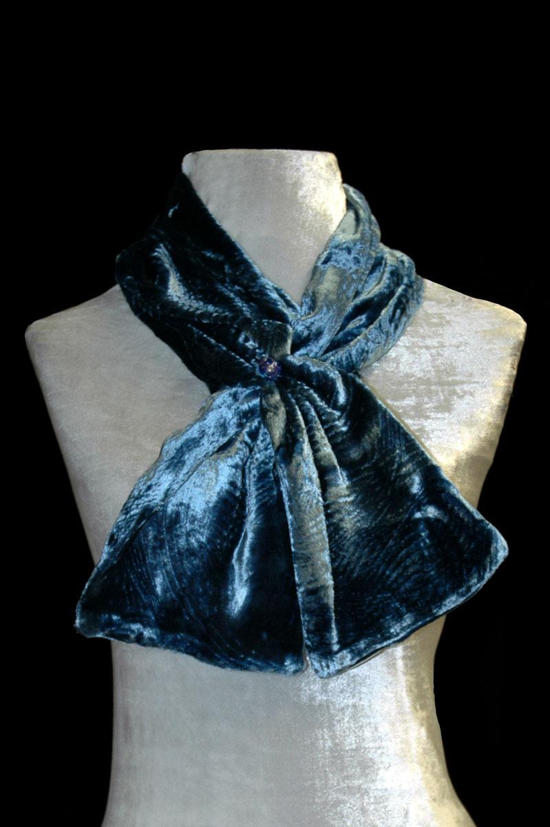Pañuelo Fortuny de terciopelo fruncido azul con cuentas de cristal de Murano