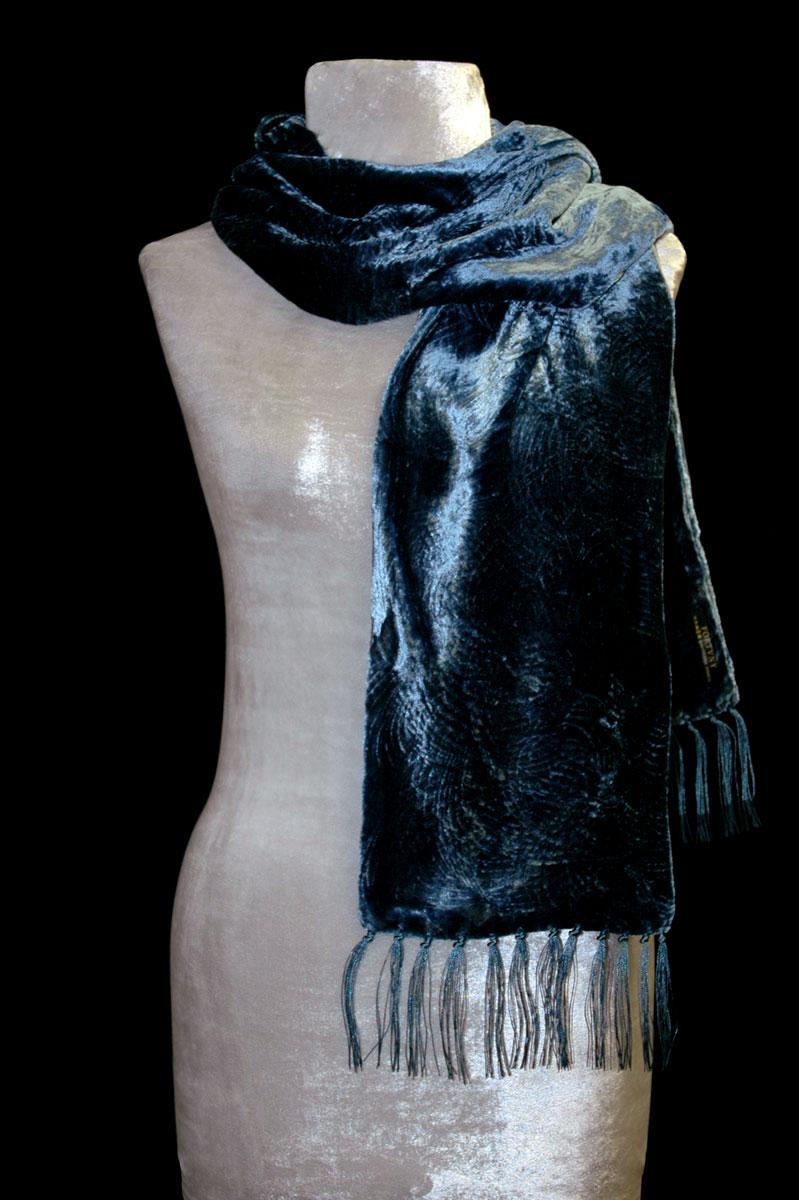 Pañuelo Fortuny de terciopelo fruncido azul con flecos
