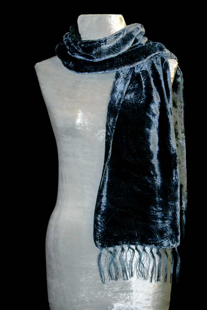 Pañuelo Fortuny de terciopelo fruncido azul de Prusia con flecos