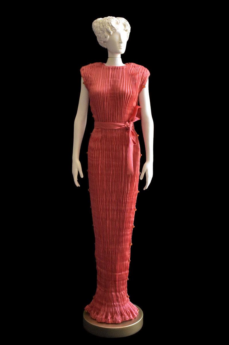 Estatuilla de mujer Diva con vestido de seda plisada Peggy rojo coral - Roman