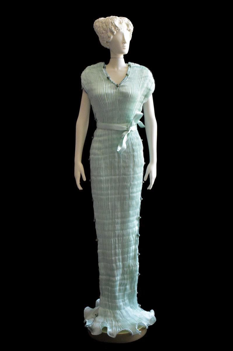 Estatuilla de mujer Diva con vestido de seda plisada Auriga verde ópalo - Roman
