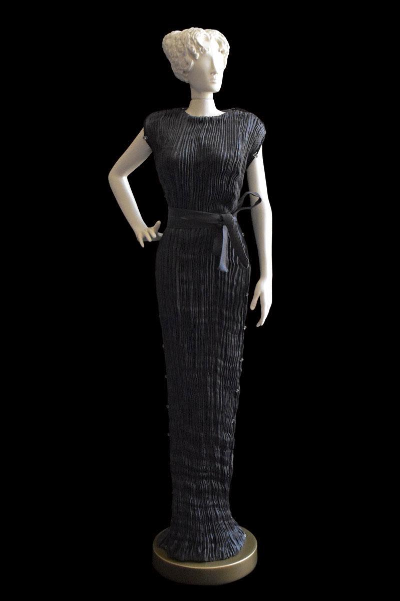 Estatuilla de mujer Diva con vestido de seda plisada Peggy gris carbón - Roman