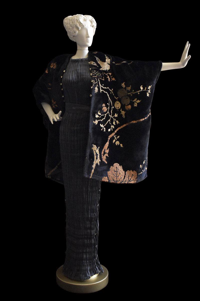 Figurita de mujer Diva con vestido de seda plisada Peggy gris carbón y abrigo de noche de terciopelo estampado negro - Roman
