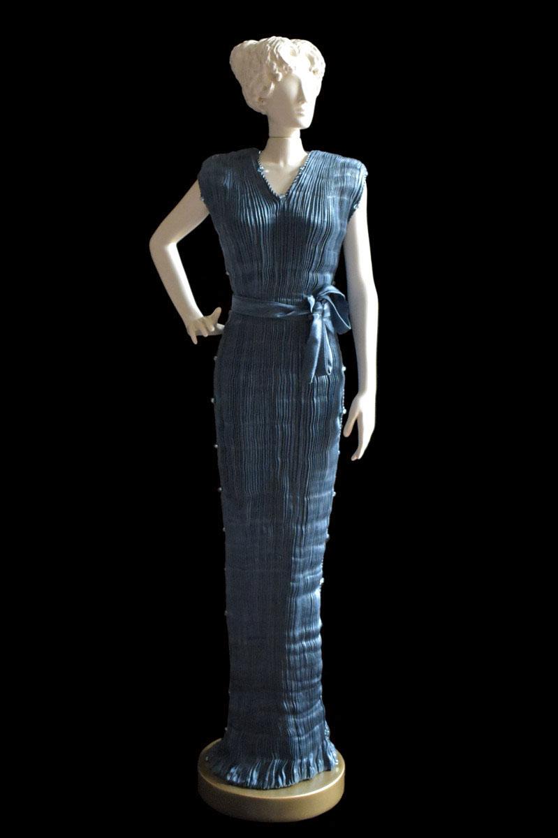 Estatuilla de mujer Diva con vestido de seda plisada Peggy verde azulado oscuro - Roman