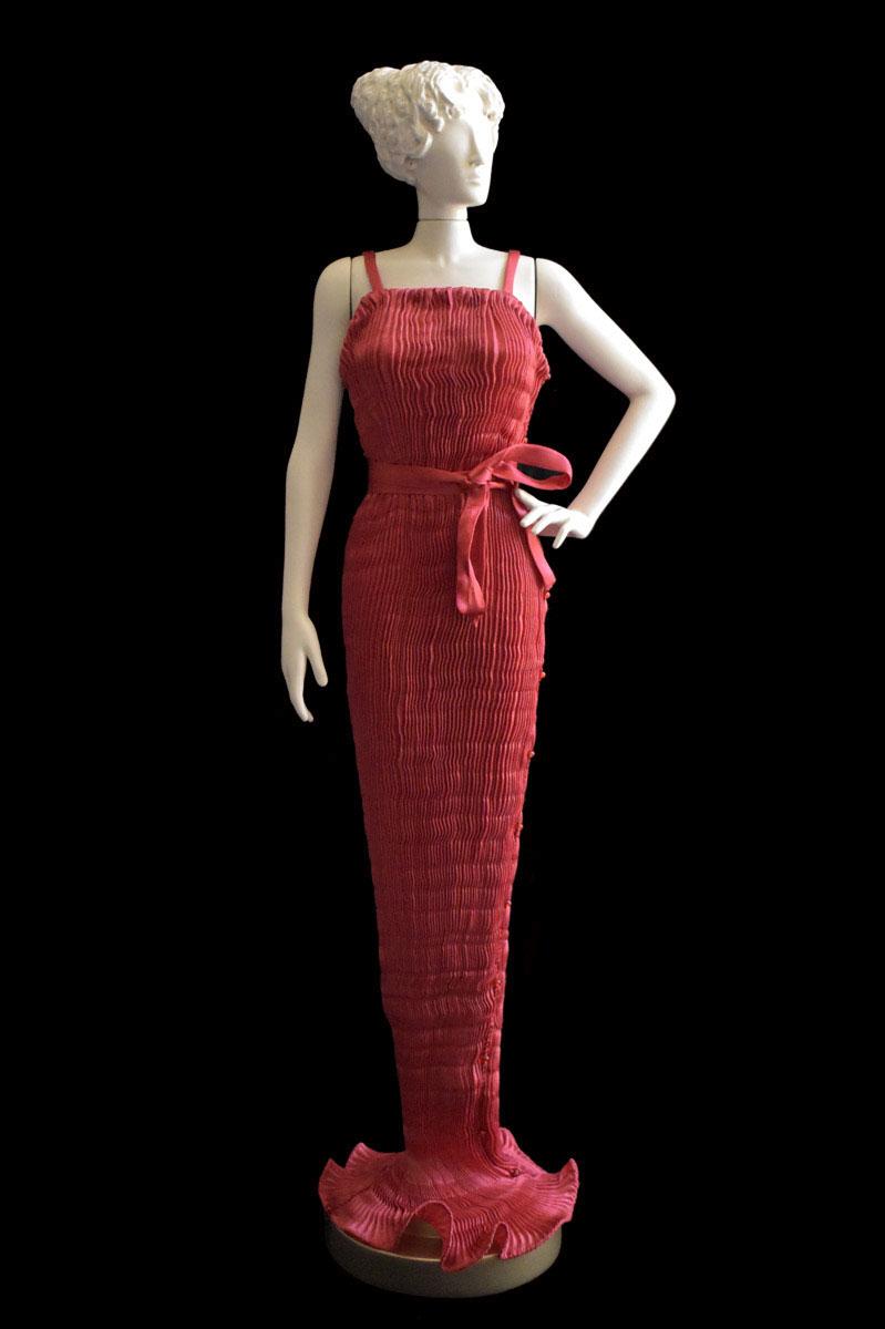 Estatuilla de mujer Diva con vestido de seda plisada Pretty rojo - Roman