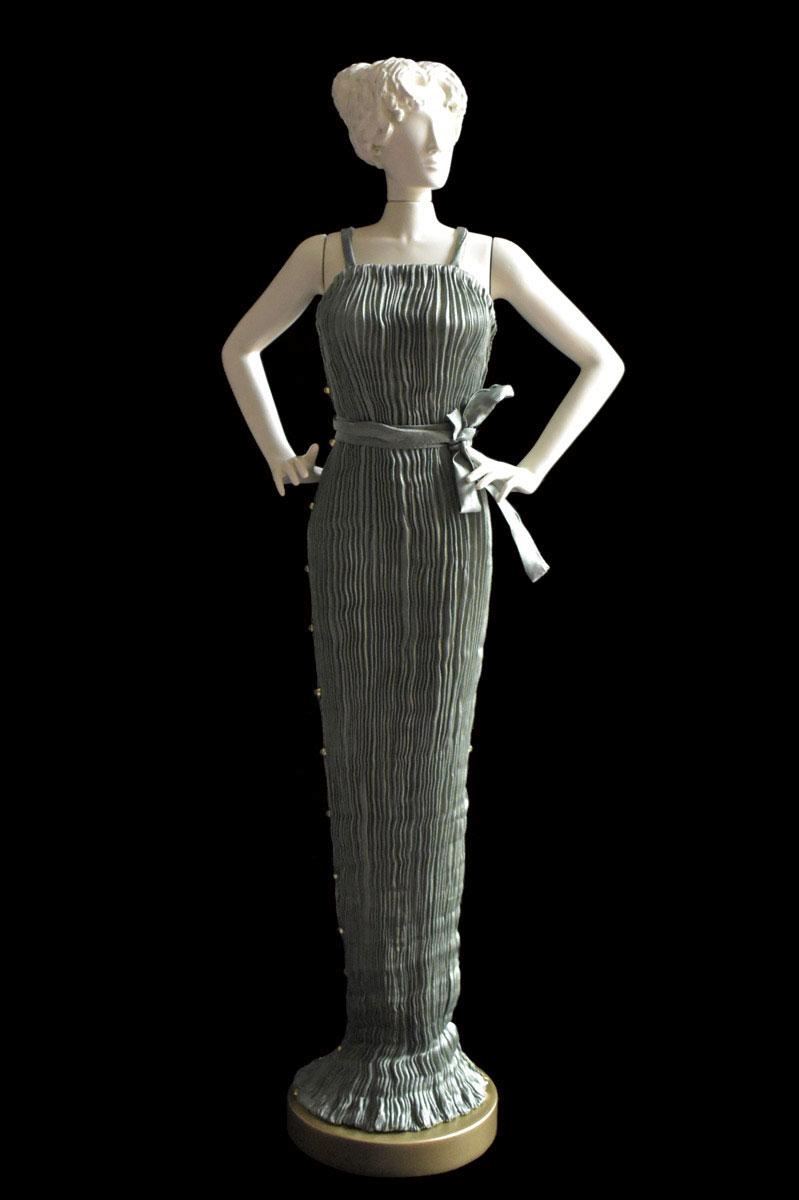 Estatuilla de mujer Diva con vestido de seda plisada Pretty gris salvia - Roman