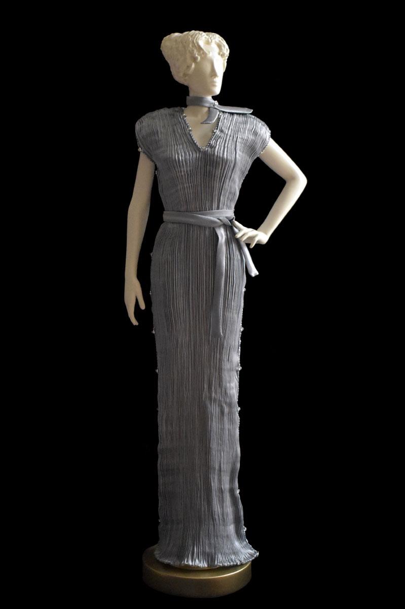 Estatuilla de mujer Diva con vestido de seda plisada Auriga gris perla - Roman