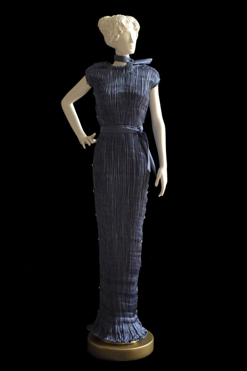 Estatuilla de mujer Diva con vestido de seda plisada Peggy gris azulado - Roman