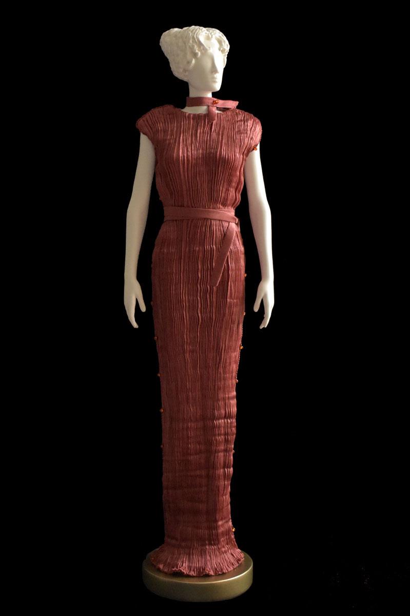 Estatuilla de mujer Diva con vestido de seda plisada Peggy color óxido - Roman