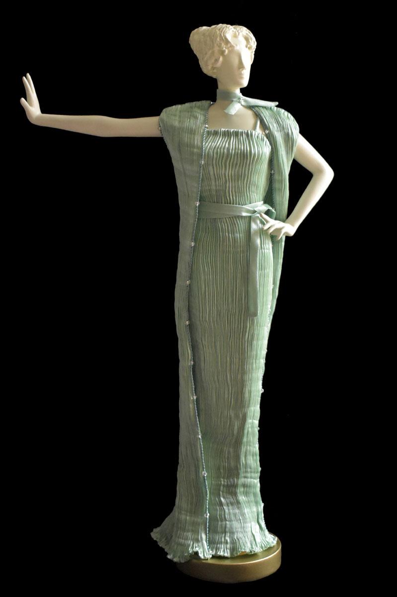 Estatuilla de mujer Diva con vestido y abrigo de noche de seda plisada Pretty verde ópalo - Roman